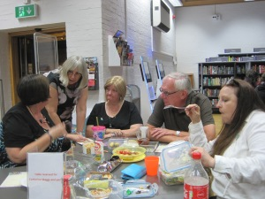 Discussing the clues at A Taste Of Murder - photo by Juliamaud